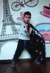 Chłopiec na tle ściany